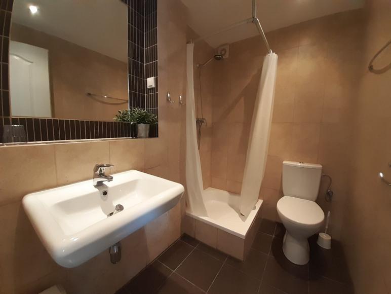 Łazienka w pokoju 4-osobowym