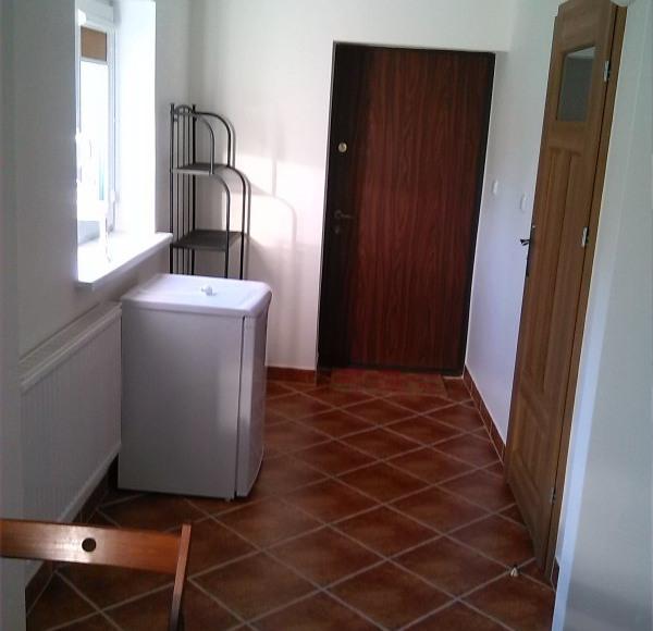 Korytarzyk i wyjście na zewnątrz - mieszkanie brązowe