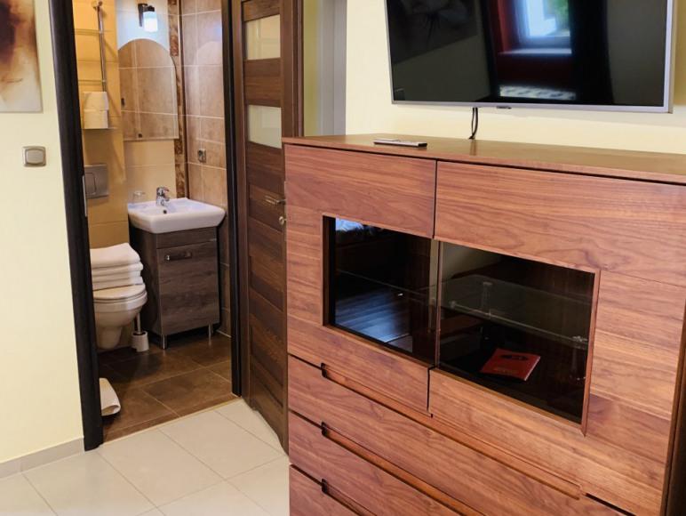 nr2, pokój dzienny, łazienka