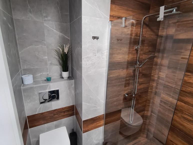 łazienka - na wyposażeniu suszarka oraz kosmetyki
