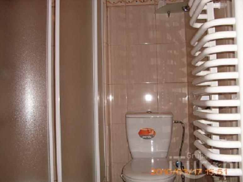 jedna z łazienek w pokoju