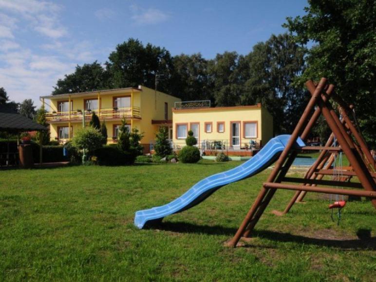 Plac zabaw dla dzieci na terenie ośrodka.