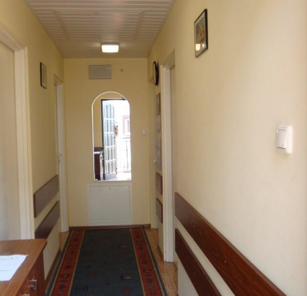 Jasne, hotelowe korytarze