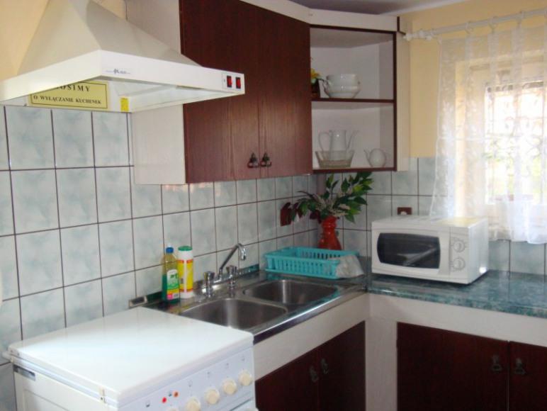 Kuchnia: 2 kuchenki, 2 duże lodówki, mikrofala, duży stół, naczynia