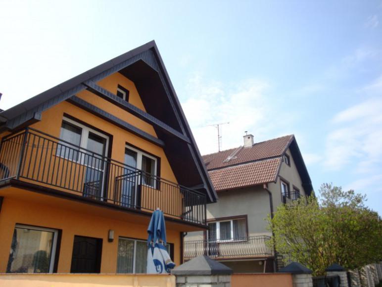 Nasz pensjonat składa się z dwóch przestronnych domów