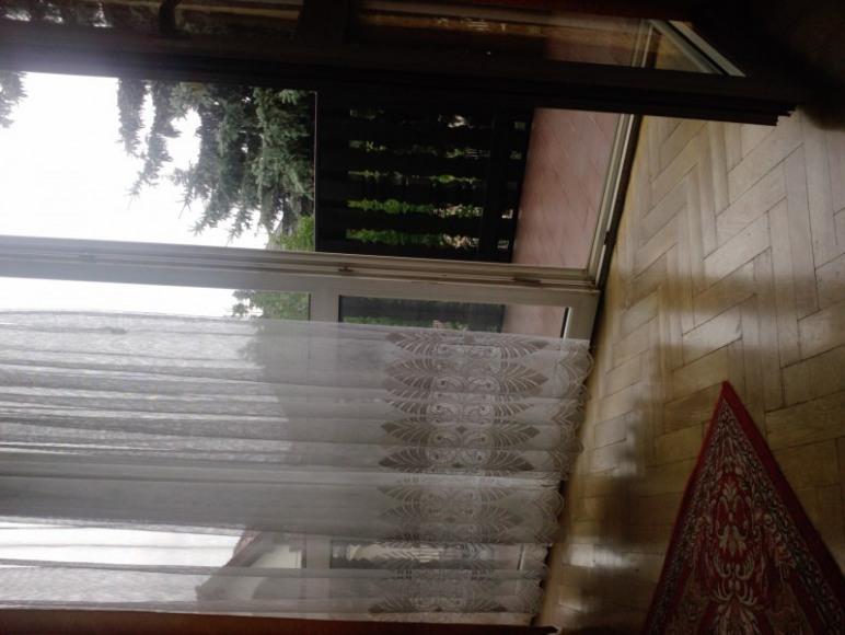 pokój z balkonem od ogrodu