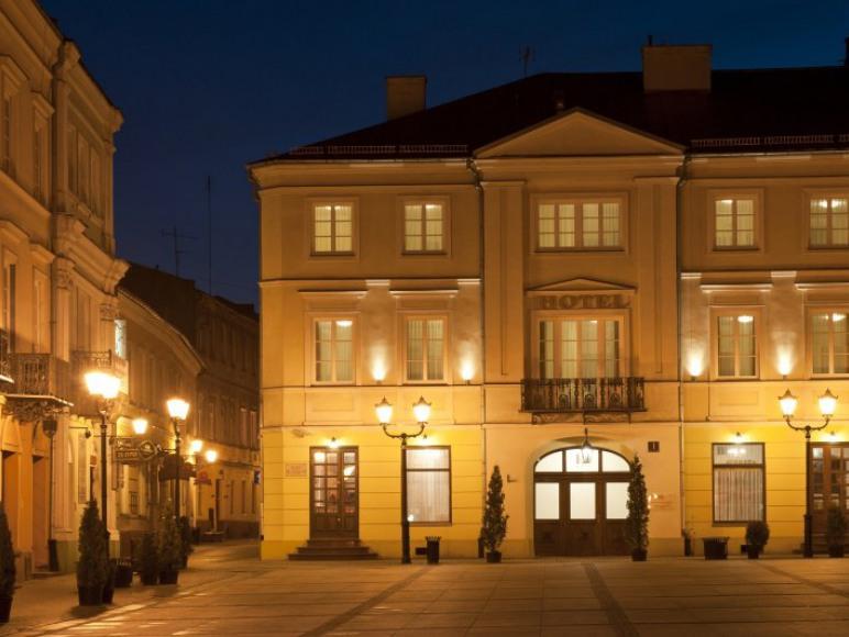 Hotel Staromiejski w nocnej scenerii