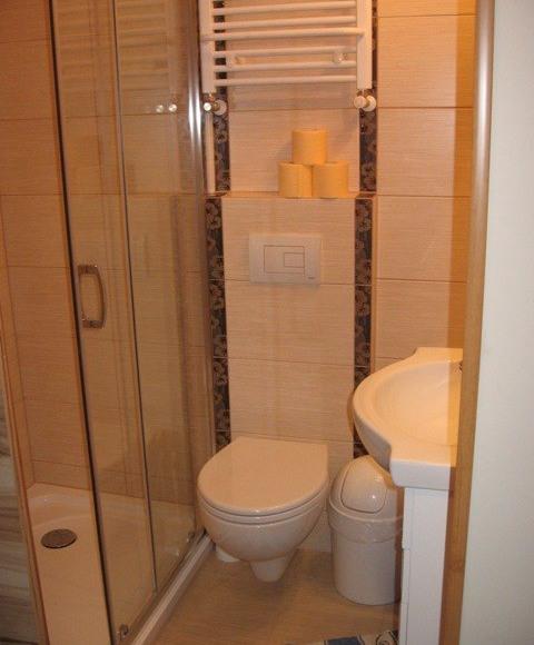 Łazienka w pokoju z balkonem i aneksem