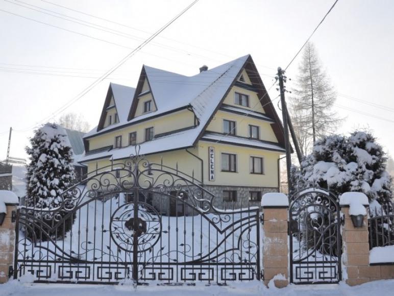 Helena - dom z zewnątrz zimą