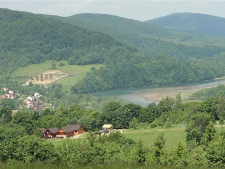 domki z pobliskiego wzgórza