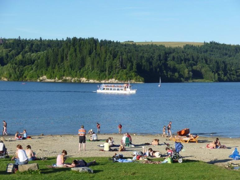 strzezona plaża na jeziorze