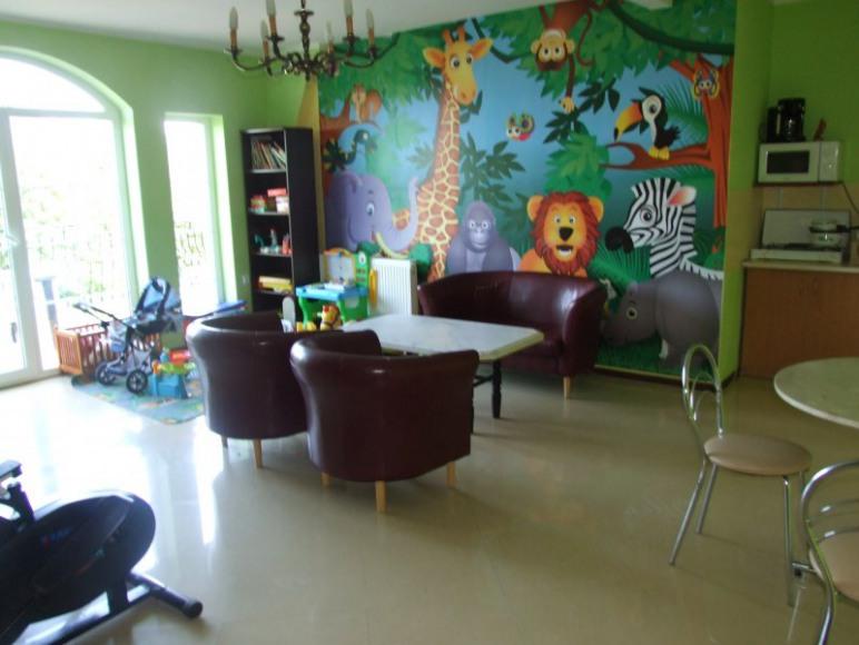 salonik dla dzieci i mni aneks kuchenny na pietrze
