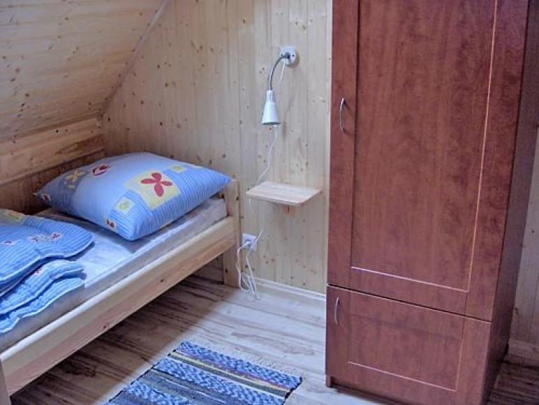 druga sypialnia z szafą