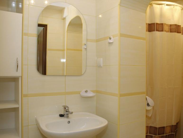łazienka przy pokoju o zaniżonej wysokości