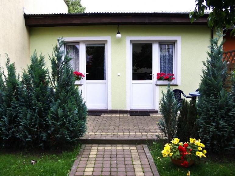 wejście do dwóch pokoi 2-3-4 osobowych z łazienkami i aneksem kuchennym