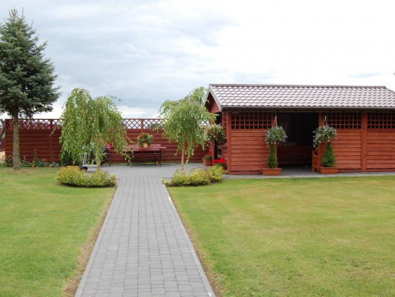 Altana w ogrodzie za domkiem