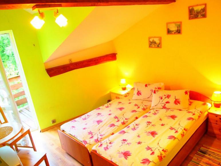 pokój z łazienką, TV i balkonem