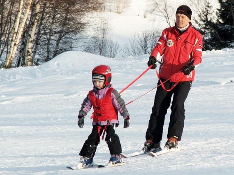 Właściciel-instruktor PZN prowadzi szkolenia narciarskie
