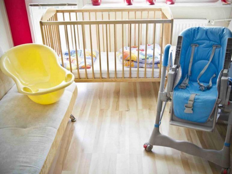 Dla dziecka zestaw łóżeczka + pościel, regulowanego krzesełka do karmienia,