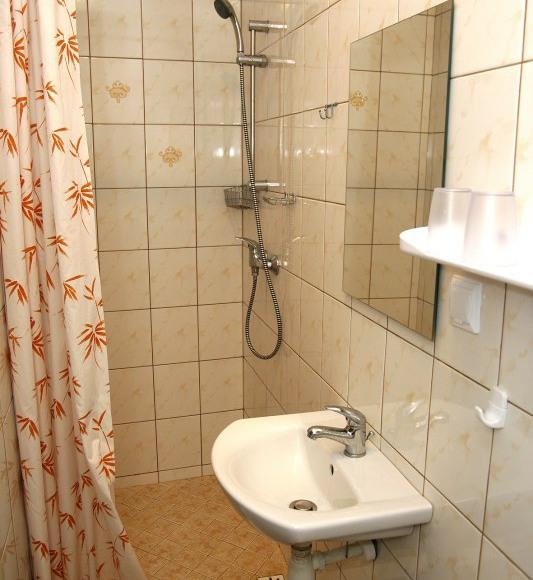 łazienka przy pokoju 2-3 osobowego