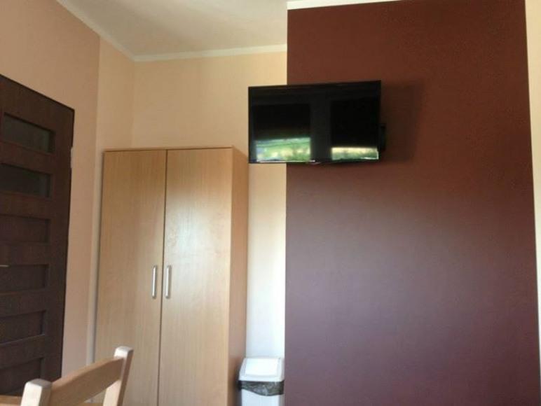 W każdym pokoju znajduje się nowy telewizor.