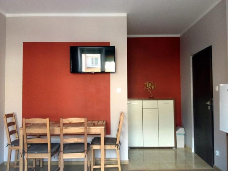 W pokojach znajduje się stół z 4 krzesłami.