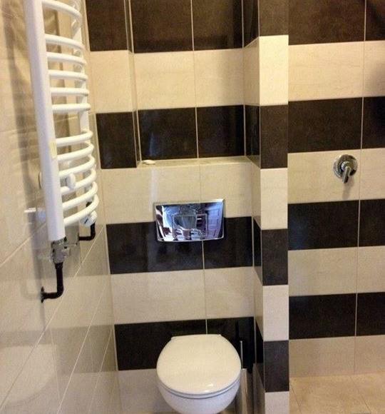 Łazienka z prysznicem w każdym pokoju.
