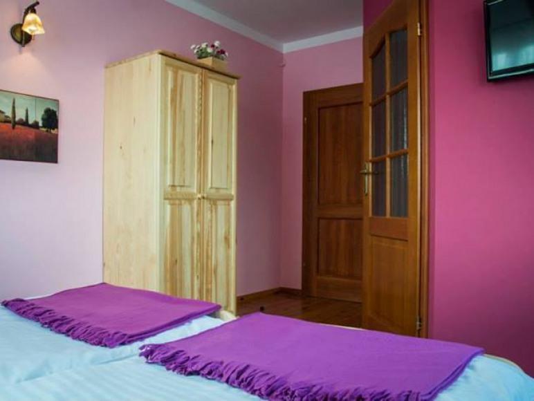 Pokój fioletowy. Własna łazienka, Tv- Wi-fi, Okna wschodnie i południowe.