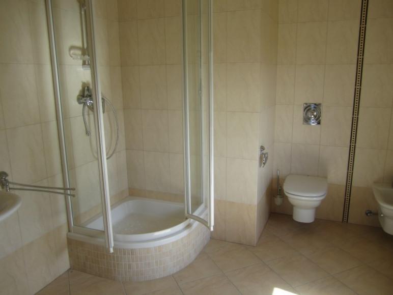 łazienka z prysznicem w każdym pokoju