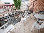 4 pokoje mają balkony, na których jest komplet mebli ogrodowych