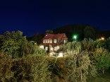 Willa Świt nocą widok z ogrodem