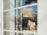 Widok z okna tarasowego do wnętrza jednego z apartamentow.