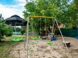 Plac zabaw dla dzieci przy domkach