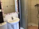 łazienka w pokoju trzyosobowym