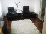 Dzienny pokój z tv i rozkładaną sofą