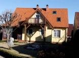 dom w wiosennym słońcu