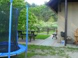 Trampolina i ławki w ogrodzie