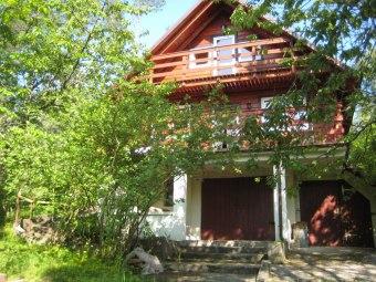 Domek w lesie nad jeziorem Kniewo