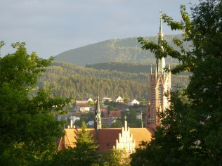 widok z ośrodka na kościół w Grybowie