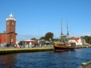 Port, ujście rzeki Wieprzy do morza, widoczne - karawela i latarnia morska